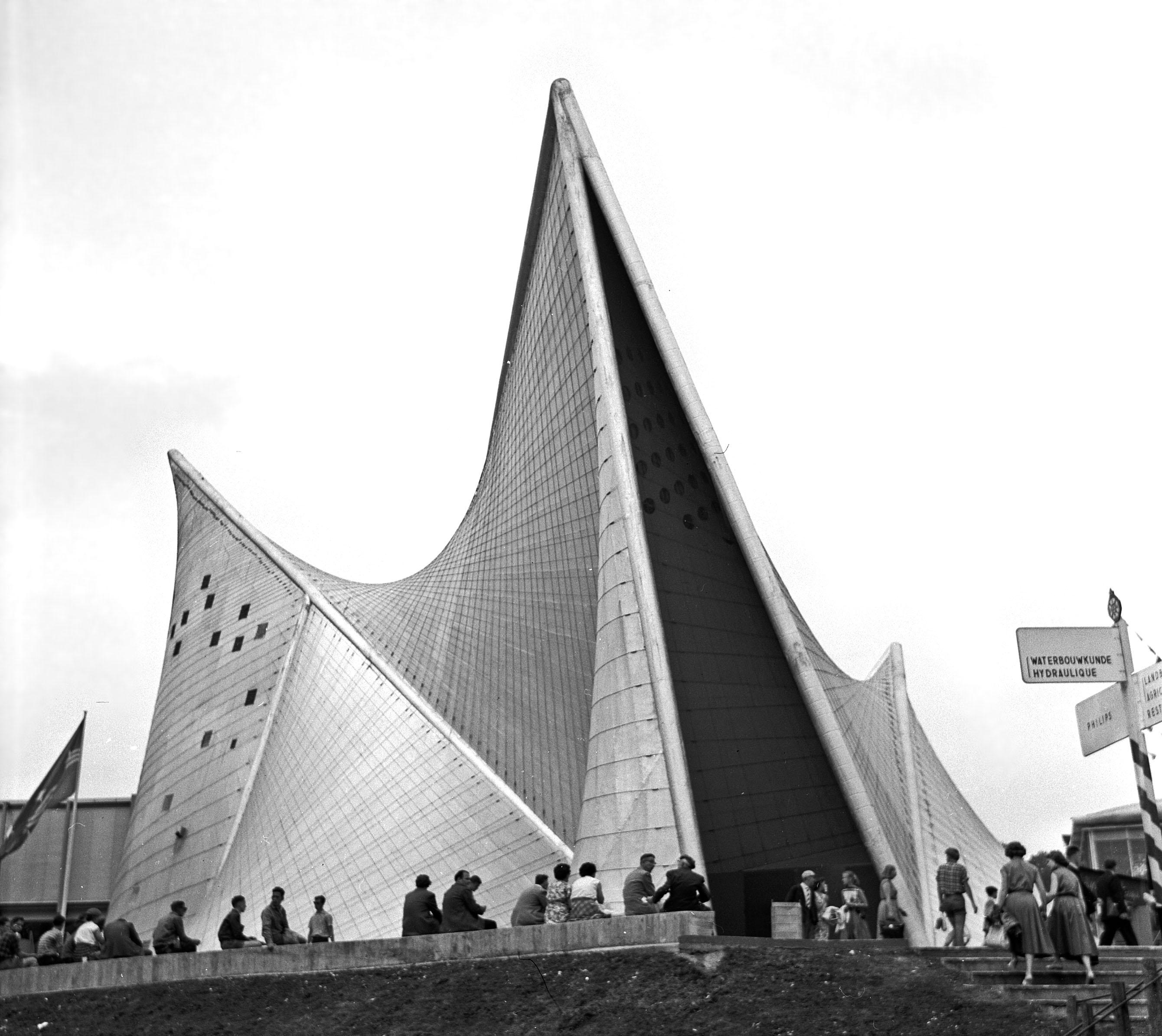 Expo 1958 paviljoen van Philips موسیقی و معماری؛ مواجهه با مرزهای میان فضا و صدا,یانیس زناکیس,اشتوکهاوزن موسیقی و معماری؛ مواجهه با مرزهای میان فضا و صدا 06 The Philips Pavilion at the time