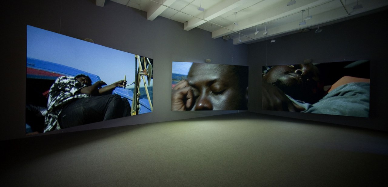ایزاک جولیِن، «اتحادیهی غربی: قایقهای کوچک»، چیدمان ویدئویی، ۲۰۰۷. هنر، بوریس گرویس، بهسوی یک جهانیباوری نوین WhatsApp Image 2020 04 17 at 12